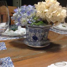 Arranjo de hortênsia em cachepô com estampa de azulejo português nas cores azul e branco para deixar sua mesa muito mais elegante
