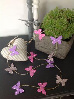 Guirlande sur fil de lin papillons en rose, parme et lin : Accessoires de maison par bebe-d-antan
