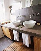 Gemauerter Waschtisch mit zwei Waschschüsseln, Holzunterschränken & Badvorleger aus Holz – living4media