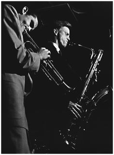 Baritone sax giant, Gerry Mulligan - gone 12 years today… Photo by William Claxton: Chet Baker and Gerry Mulligan in Los Angeles CA, 1952 William Claxton, Jazz Artists, Jazz Musicians, Baritone Sax, Gerry Mulligan, Rap, Jazz Cafe, Chet Baker, Cool Jazz