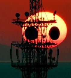 西の空に現れた「夕焼けパンダ」=1日午後5時53分、兵庫県明石市の市立天文科学館、水野義則撮影