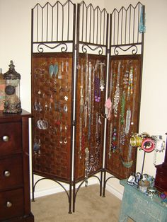 Wall divider to hang my jewelry
