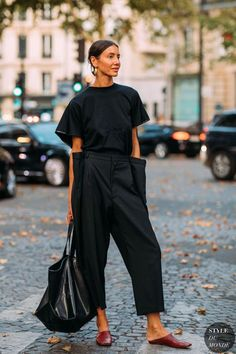 PARIS FRANCE - JULY Julia Pelipas wearing black high waist pants black tshirt and bag seen outside Valentino on day four during Paris Fashion Week Haute Couture on July 4 2018 in Paris France. (Photo by Christian Vierig/Getty Images) Street Style Boho, Street Style Summer, Street Chic, Street Snap, Street Mall, Black Women Fashion, Look Fashion, Womens Fashion, Paris Fashion