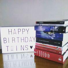 Ciao lettori!!! Eh già da oggi abbiamo un anno in più! Ben 54 anni...in 2  Ma che cosa c'entrano quei libri con il nostro compleanno?  Per l'occasione abbiamo risposto ad un #booktag a tema se vi va di dargli un'occhiata lo trovate sul blog il link diretto è in bio!!  Sulla sinistra parte del regalo di @maricacre nonostante la distanza trova sempre il modo per starci vicina!   #24luglio #compleanno #birthday #happybirthday #libri #leggere #letture #book #books #booklover #bookworm #bookporn…