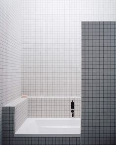 New Bath Room Tiles White Grey Interior Design Ideas Bathtub Tile, Bathroom Floor Tiles, Room Tiles, Modern Bathroom Tile, Bathroom Vintage, Bath Tiles, Bathroom Wall, Master Bathroom, Grey Interior Design