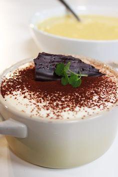 Bereiden: Maak de tiramisu: Doe de mascarpone in een mengkom. Scheid de eitjes en klop de eidooiers los met de bloemsuiker. Meng het geheel onder de mascarpone. Klop het eiwit op met een theelepel bloemsuiker in een vetvrije kom. Meng ook onder de mascarpone. Smelt de witte chocolade in de microgolfoven en voeg als laatste onder het mengsel.