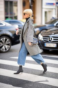 A guest seen in the streets of Paris after the Stella McCartney fashion show during the Paris Fashion Week Womenswear Fall/Winter on March 2018 in Paris, France. Cute Fashion, Fashion Outfits, Womens Fashion, Style Fashion, Jean Moda, Vogue, Street Style Trends, Timeless Fashion, Winter Fashion