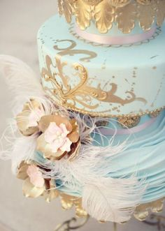 We can not get over the beautiful details on this whimsical cake by Amy Cakes! Tabletop design by Allyson VinZant Events. Photo by Beautiful Day Images. #wedding #cake #feathers #gold #blue