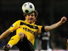 Marcel Meeuwis probeert de bal te controleren. VVV verloor in eigen huis van Vitesse en blijft daarmee in de degradatiezone hangen. Wildschut scoorde namens de Venlonaren: 1-3. 11-04-2012