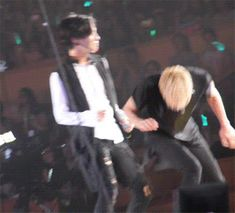 """Taemin & Jonghyun """"innocent"""" Taemin acting like he doesn't know what to do"""