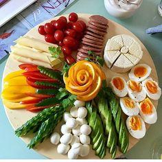 La formalización de los cortes a la mesa de Año Nuevo. Party Food Platters, Food Trays, Appetizers For Party, Appetizer Recipes, Charcuterie Platter, Food Carving, Food Garnishes, Party Buffet, Veggie Tray