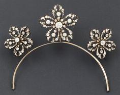 """Ensemble de trois broches """"Fleur"""" en or jaune et argent serties de diamants de taille ancienne. Un système en métal permet de les adapter en diadème. Epoque Napoléon III. Poids: 57,4 g"""
