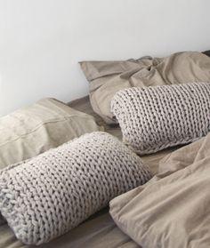 Knit Pillow / Interior * Minimalism by LEUCHTEND GRAU +++ Full Story: http://www.leuchtend-grau.de/2014/09/Dekoration-Gold-und-Beige.html