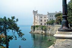 Das schwanenweiße Schloss am Meer (Foto: Eberhard Fohrer) Palazzo, Am Meer, Villa, Mansions, House Styles, Photos, Sundial, Castles, Tourism