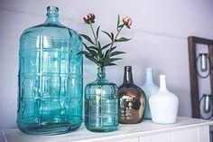 Nieuwe accessoires van flessen en vazen. Geen zin om geld uit te geven aan nieuwe interieuraccessoires terwijl u thuis nog mooie wijnflessen of oude vazen heeft staan? Met een leuke kleur verf of een spuitbus en wat mooie bloemen zien uw accessoires er weer uit als nieuw!
