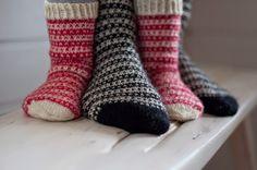 Viime kesänä Pujoliivi -blogissa oli kauniin yksinkertaiset kirjoneulesukat ja vastaavia on näkynyt muissakin blogeissa syksyn ja talven a... Knitting Charts, Knitting Socks, Pullover, Mittens, Knit Crochet, Craft, Fashion, Tricot, Stockings