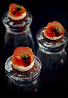 Goat cheese, cured ham, and cherry jam canape - by Carina Appetizer Recipes, Snack Recipes, Appetizers, Snacks, Tapas, Cute Food, Yummy Food, Entree Festive, Food Presentation