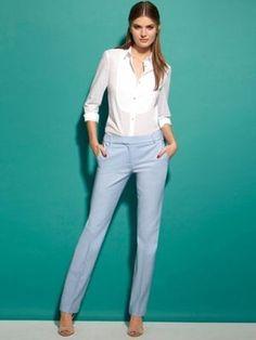 Pantalon bleu ciel et chemise plastrone de La Redoute