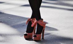 A nossa leitora carioca Juliana, me perguntou um tempo atrás com que cores de sapato as meia-calças pretas combinavam. Eu sinceramente prefiro com cores escuras como preto, cinza, vinho, roxo… Mesmo tendo adorado estas fotos abaixo das sandálias rosa (ambos são Prada) acho que esta produção não é para qualquer uma…