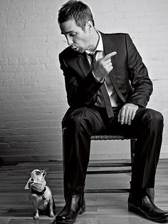Sam Rockwell with a Chihuahua Famous Men, Famous Faces, Famous People, Famous Black, Divas, Chihuahua Love, Big Men, Big Guys, Esquire