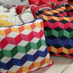Confira na Luisa Decor as dicas de como escolher as almofadas ideais para decorar o ambiente e deixar a sua casa confortável! www.luisadecor.com.br  #almofadas #promoção #decoração #sofá #decor
