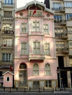 🇹🇷 Atatürk'ün Samsun'a çıkmadan önce,6 ay boyunca vatan'ın kurtuluşunu planladığı,şişli'de olan ev. 🇹🇷 Home Remodeling, Istanbul, Mansions, House Styles, Pink, Home Decor, Decoration Home, Manor Houses, Room Decor