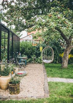 62 stunning small cottage garden ideas for backyard inspiration Small Cottage Garden Ideas, Garden Cottage, Shabby Chic Garden, Back Gardens, Outdoor Gardens, Roof Gardens, Indoor Garden, The Secret Garden, Dream Garden
