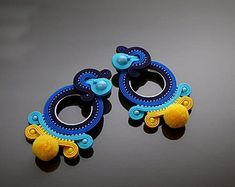 Blue yellow Soutache earrings with Swarovski pearl. Soutache Bracelet, Soutache Jewelry, Beaded Earrings, Turquoise And Purple, Blue Yellow, Handmade Necklaces, Handmade Jewelry, Silk Ribbon Embroidery, Polymer Clay Charms