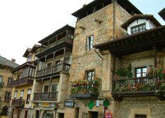 COMILLAS. Localizada en la Comarca de la Costa Occidental de Cantabria. Este bonito pueblo es conocido por sus edificios medievales y barrocos, además de por construcciones de artistas modernistas como Gaudí.
