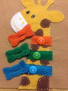 小さな子どもにはなかなか難しい、ボタンのはめ方を練習できるアイデアがこちら。キリンさんにカラフルな蝶ネクタイをつけてあげる素敵なデザインです。