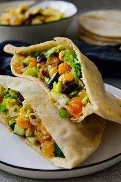 This Mediterranean chickpea salad pita sandwich recipe is super quick and easy. Simply toss a mix of veggies in a bowl, dress them with a simple vinaigrette and serve in a pita. Pita Recipes, Veggie Recipes, Vegetarian Recipes, Cooking Recipes, Sandwich Recipes, Cooking Tips, Healthy Recipes, Pita Sandwiches, Veggie Sandwich
