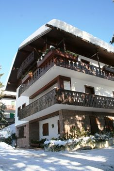 Cortina d'Ampezzo chalet sleeps 11 in 6 bedrooms with mountain view Sardinia Holidays, Luxury Villa, Mountain View, Travel Destinations, Bedrooms, Porto, Luxury Condo, Road Trip Destinations, Bed Room