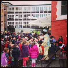 Chaos op het schoolplein! De zwarte pieten van Albert Heijn delen lekkers uit!