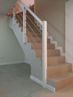 Barandilla para escalera de obra con montantes de madera, varillas en acero inoxidable y pasamanos en madera, acabado lacado en color blanco, de enesca.es