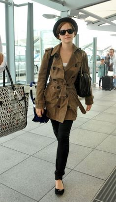 Emma Watson Outfits: Copy Her Style! The classy look perfect for a good girl. some of Emma's best outfits. What do you think of her style? Emma Watson Movies, Emma Watson Outfits, Emma Watson Fashion, Emma Watson Casual, Emma Watson Estilo, Look Oxford, Parka, Airport Style, Airport Chic