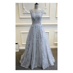 Dlouhé šedé plesové šaty na ramínka, vyšívané krajkou a s bohatou tylovou sukní.