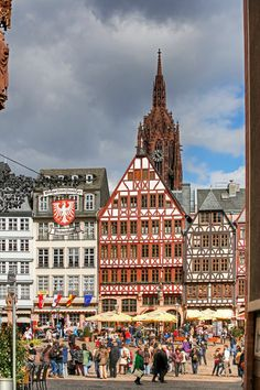 Marketplace Römer, Frankfurt, Germany - a vibrant city mixing traditional and modern in architecture and vibe Más