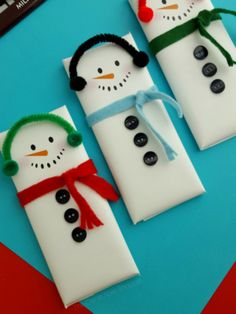 Christmas is right around the corner, and these snowmen candy bar printable wrappers are super cute to whip up for friends and family – or even as gifts! Print the snowman candy bar cover on glossy Christmas Gifts For Coworkers, Christmas Favors, Christmas Crafts For Gifts, Diy Christmas Cards, Homemade Christmas Gifts, Christmas Gift Wrapping, Simple Christmas, Kids Christmas, Christmas Packages