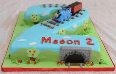 Gâteau marbré en forme de 2, glaçage au beurre meringue suisse recouvert de fondant et décoré sous le thème de Thomas le train