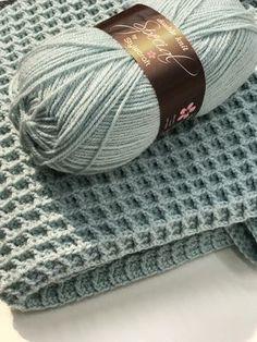 Gratis haakpatroon voor het haken van een ledikantdeken in de wafelsteek. Crochet Afghans, Crochet Afghan Stitch, Baby Blanket Crochet, Crochet Stitches, Crib Blanket, Stitch Patterns, Knitting Patterns, Crochet Patterns, Love Crochet
