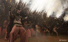 #Correfocs  Pendant ce festival les gens courent déguisés en diable en brulant des feux d'artifice. Ces démons ne sont pas destinés à être une réincarnation du mal, mais représentent simplement des êtres heureux, dansant aux rythmes des tambours. A Barcelone, vous pouvez les voir en Septembre au cours de la Mercè.