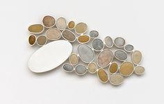 Millie Behrens <em>Sin stemme II</em><br />sølv og strandstein, 1x7x13 cm