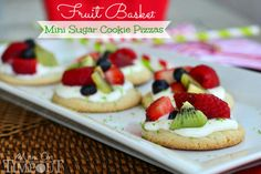 Fruit Basket Mini Sugar Cookie Pizzas - A delicious lime flavored cream cheese frosting brings out the bright flavors of the fresh fruit. Fruit Pizza Cups, Fruit Pizza Frosting, Mini Fruit Pizzas, Easy Fruit Pizza, Sugar Cookie Pizza, Sugar Cookie Cups, Sugar Cookies Recipe, Cookie Recipes, Icing Recipe