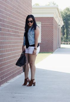 Outfit inspiration with white shorts: 8 ways to style white shorts during the summer. Giving you easy, recreatable white shorts outfit ideas. Fat Girl Outfits, Thick Girls Outfits, Edgy Outfits, Short Outfits, Simple Outfits, Summer Outfits, Cute Outfits, College Girl Photo, Curvy Women Fashion