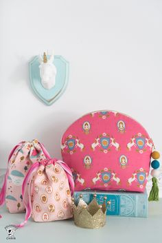 Learn how to sew a makeup bag with this free tutorial. A cute cosmetic bag to sew with a curved top. A large makeup bag. #sewingpatterns #freesewingpatterns #freesewingtutorials #makeupbag #diymakeupbag #diymakeup #makeupbags