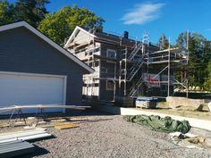 En knapp månad till inflytt. Kamin och skorsten är på plats! Huset är färdigmålat ute och inne och målning av garage pågår.
