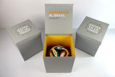 Embalagem BOLA BRAZUCA - Para recepcionar e presentear convidados Espanhóis durante a copa do Brasil de 2014, foi produzida uma embalagem exclusivamente para esse evento. Com personalização em serigrafia e papel prata. #Criativebox  #Embalagem  #Caixapersonalizada #copa2014  #Bolabrazuca