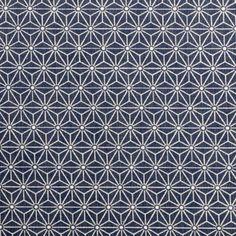 Herbstwetter? Nähwetter! Himmlische Nähprojekte realisieren wir mit diesem Wachstuch mit geometrischem Sternenprint. Flag Garland, Fall Weather, Oilcloth, Dark Blue, Stars, Nice Asses