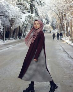 hijab chic Image may contain: 1 person, outdoor. Abaya Fashion, Muslim Fashion, Modest Fashion, Fashion Outfits, Boho Fashion, Dress Fashion, Fashion Styles, Winter Fashion, Fashion Hacks