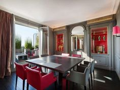 Grey & red dining room - Daniel Féau Conseil Immobilier